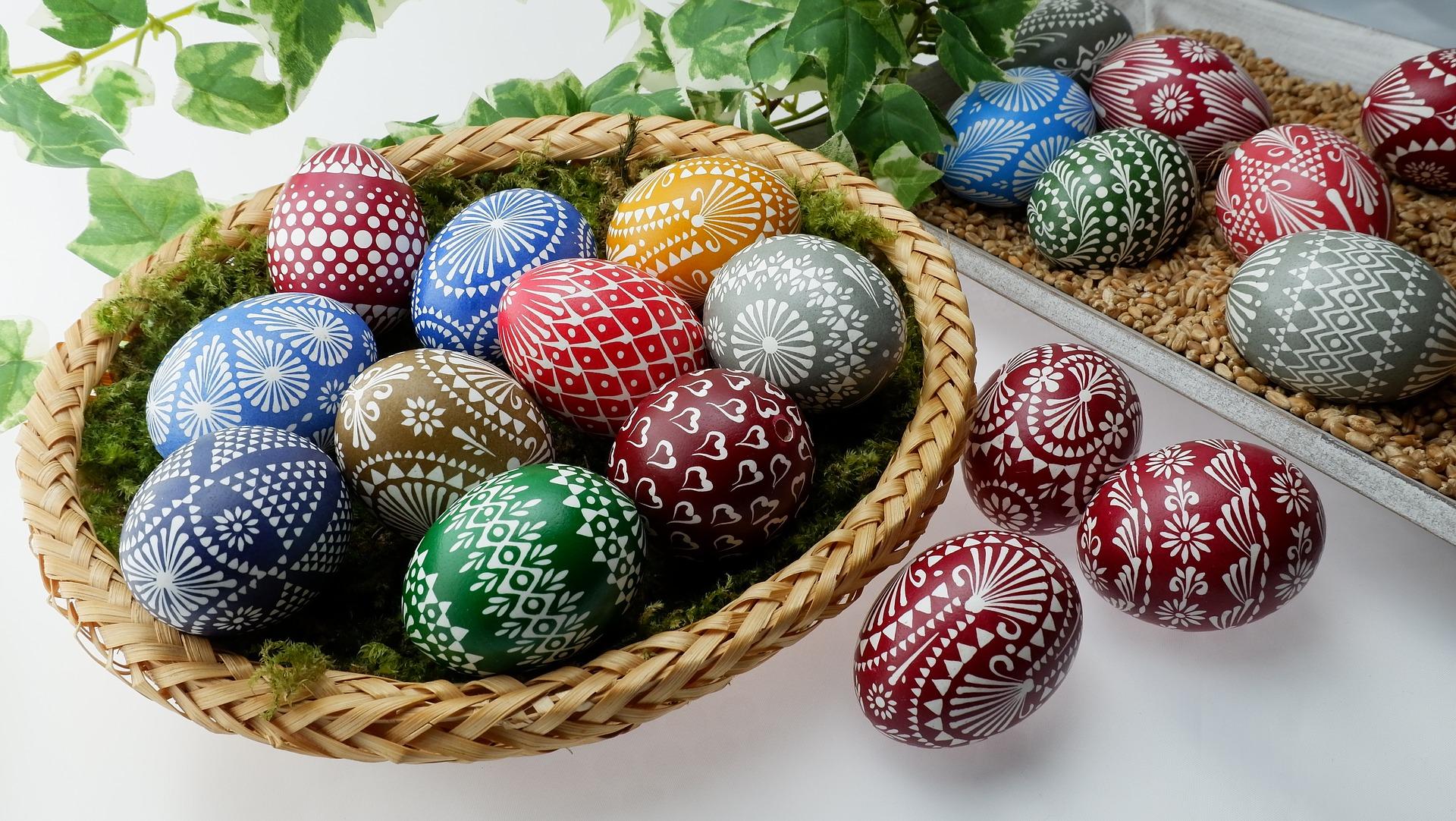 Las manualidades de Rosaleda Kids Club decoración de huevos con cera