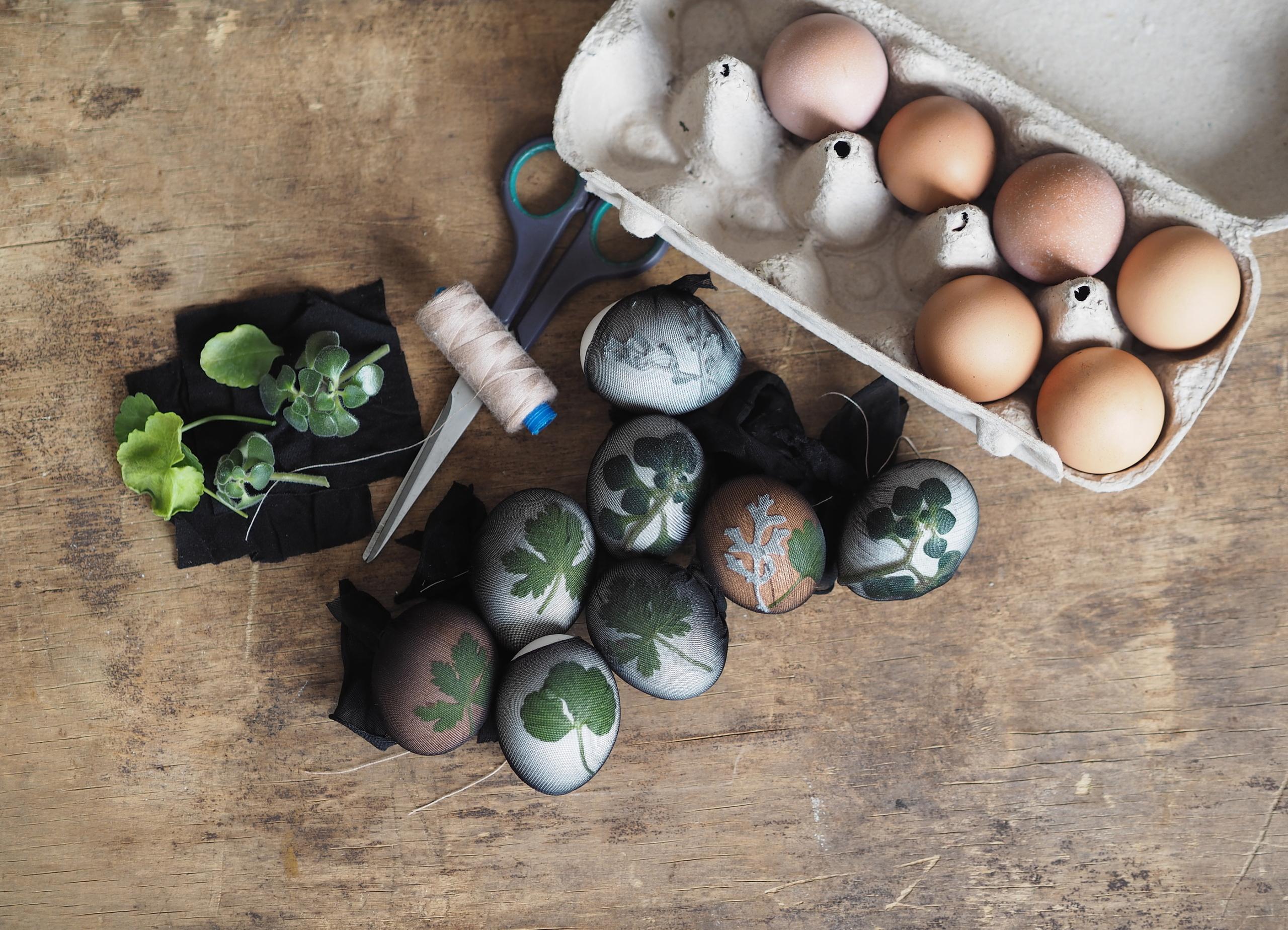 Las manualidades de Rosaleda Kids Club proceso de docoración de los huevos