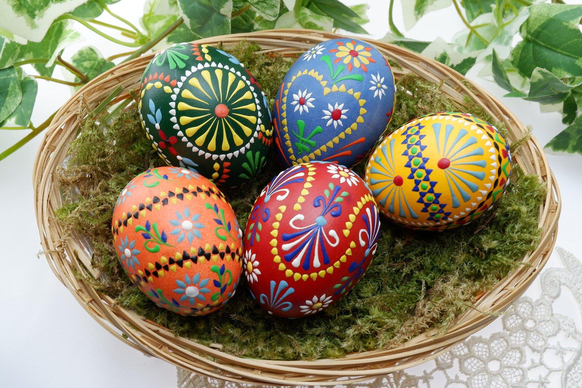 Las manualidades de Rosaleda Kids Club: decoración de los huevos con pinturas