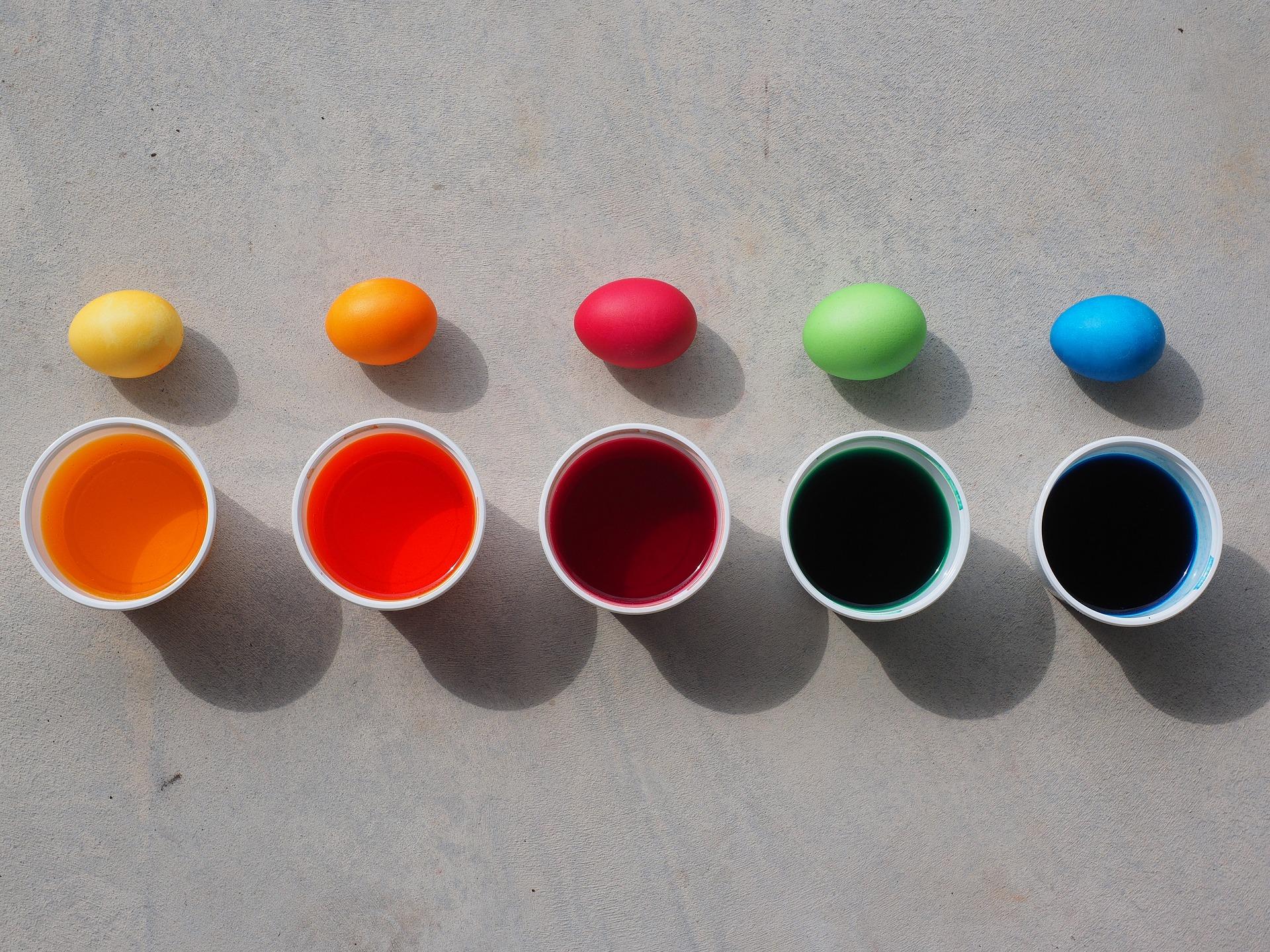 Las manualidades de Rosaleda Kids Club pintar huevos de pascua